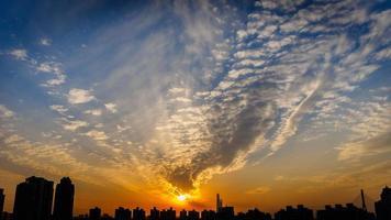 solen stiger foto