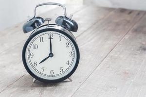vintage väckarklocka på träbord foto