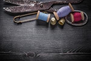 grupp vintage sax trådspolar fingerborgar låsstift foto