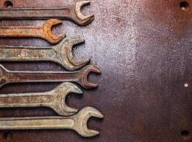 gamla rostiga skiftnycklar på ett metallbord foto