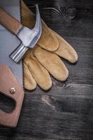 uppsättning av hack-såg klo hammare skyddande läderhandskar foto