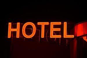 neontecken på ett litet hotell. foto