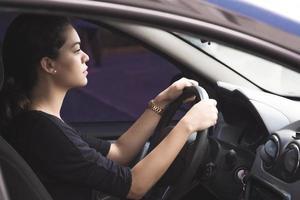 kvinna kör försiktigt