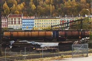 färgglada byggnader längs järnvägsspåret. foto