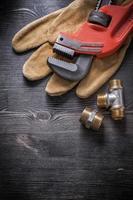 rörnyckel mässing VVS armatur läder skyddshandskar co foto
