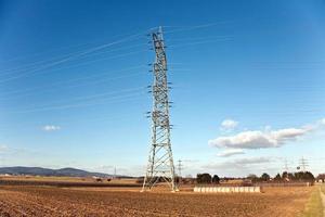 eltorn för energi i vackert landskap foto