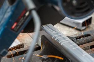 närbild klippa en fyrkantig metall och stål foto
