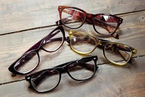 uppsättning läsglasögon på träbakgrund foto