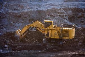 kolberedningsanläggning. stor gul gruvtruck på arbetsplatsen foto