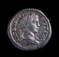 romerskt silvermynt - antoninus foto