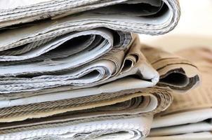 bunt med tidningar foto