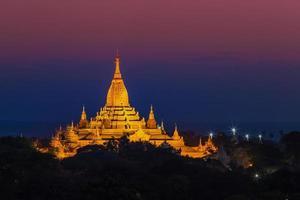 utsikt över Bagan gamla forntida tempel i Bagan foto