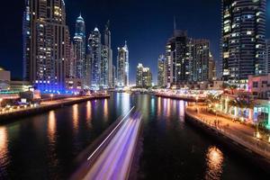 dubai marina på natten, förenade arabiska emirater foto