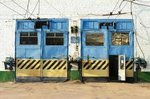 målade grindar i vagnbussdepå foto