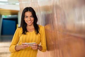 avslappnad affärskvinna med smartphone foto