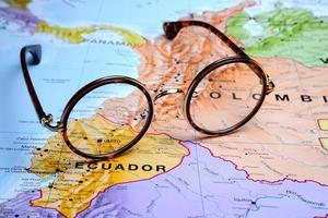 glasögon på en karta - quito foto