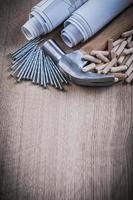 konstruktionsteckningar hammar träbearbetning dyvlar och rostfritt na foto