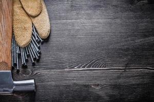 uppsättning läder skyddshandskar konstruktion naglar klo hammare foto