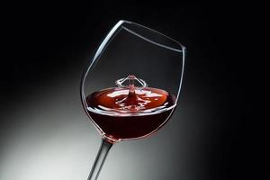 rött vin droppe flytande konst foto