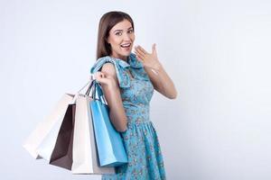 glad ung flicka köper mycket kläder foto