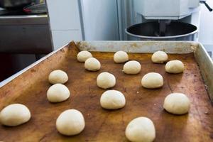produktion av bröd, kök en kinesisk restaurang foto