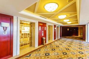 modernt hotellinredning och korridor
