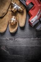 justerbara skiftnyckelanslutningsbeslag säkerhetshandskar på träboa foto