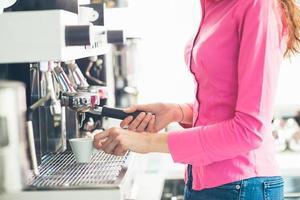 servitris som gör kaffe foto