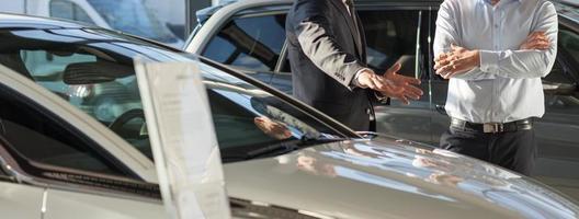 bilhandlare som presenterar ny bil