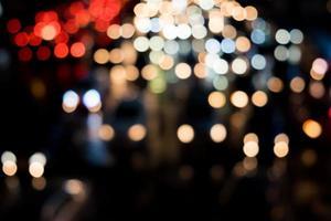 suddig trafikstockning med bokeh av bilens ljus i Thailand foto