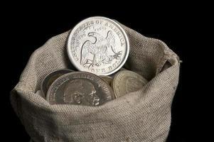 säckväska med gamla silvermynt foto