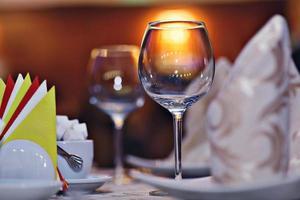 servering tallrikar koppar servetter på bordet restaurang foto