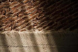 husväggar med lera tegelstenar. foto