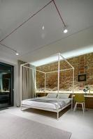 sovrum i modern loftstil. foto