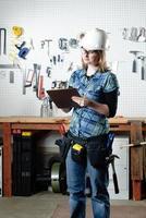 kvinna i konstruktionsbutik foto