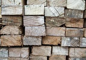 uppsättning av staplat trä tall virke för byggnader foto