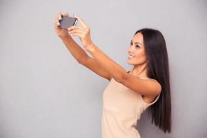 kvinna gör selfie foto på smartphone