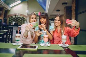 tjejer med telefoner foto