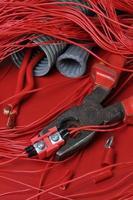 elektriska komponenter och verktyg i de nuvarande färgerna i röd het foto