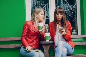 flickor med telefon foto