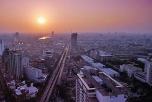 fågelöga av bangkok vid solnedgången