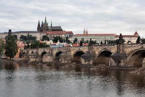 historiska charles bridge i Prag, Tjeckien foto