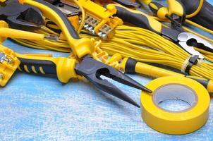 elektrisk komponentkit för användning i elektriska installationer foto