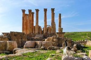 södra teater, romerska ruiner i jerash stad foto
