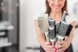 skicklig kvinnlig frisör är redo att arbeta foto