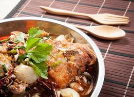 stekt fisk med färska örter och söt kryddig sås foto