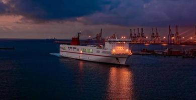 färja som anländer hamn foto