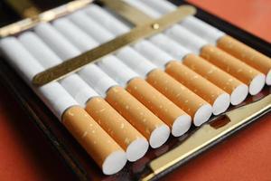 hög med cigaretter i en vintage låda foto