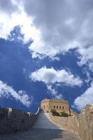 stor vägg under blå himmel foto