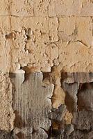 gammal sprucken och förfallen vägg foto